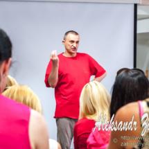 репортажна фотографія семінарів - на тренінгу для волонтерів від Максима Чечота - Максим Чечот пояснює