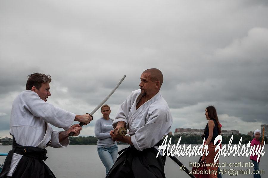 репортажная фотография бой самураев на набережной Днепра