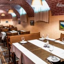 интерьер ресторана грузинской кухни, длинный зал