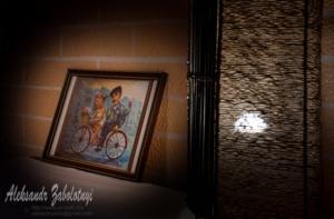 интерьер ресторана, картина и светильник