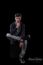 мужской портрет на темном фоне фотография сделана в низком ключе