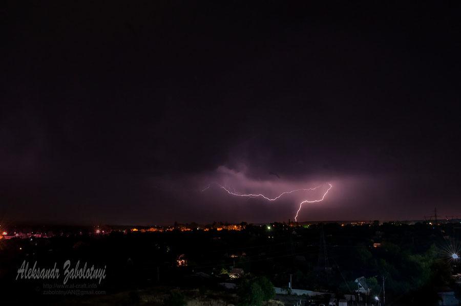 фотографія блискавки, грози на тлі нічного сільського пейзажу