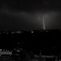 черное белая фотография с молнией ночной сельский пейзаж