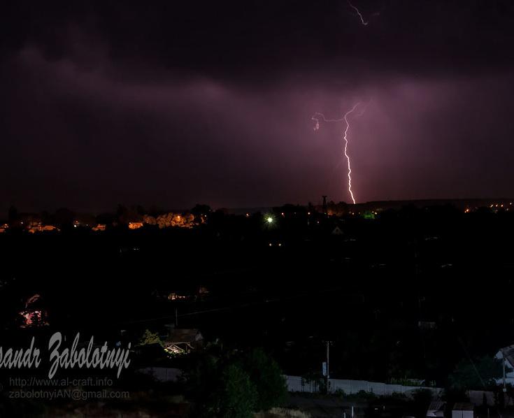 фотография молнии, грозы на фоне ночного сельского пейзажа